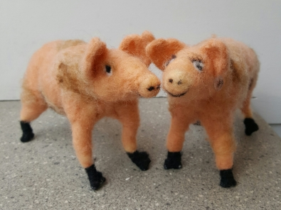 dorothyanne-brown-stan-and-vera-the-pigs-felted_32981085080_o